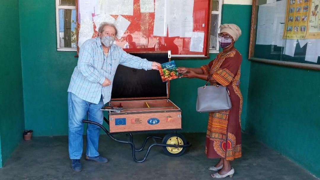 Formações em Animação da Leitura e entrega de Livrotecas Móveis em Moçambique