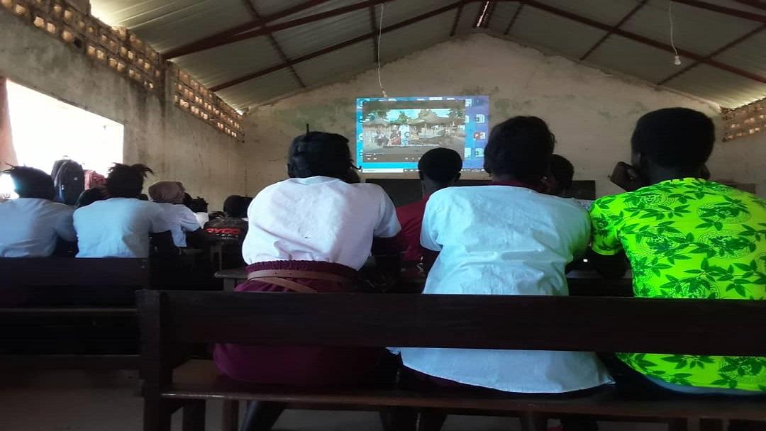 Sessões de cinema em Bafatá sobre direito à educação